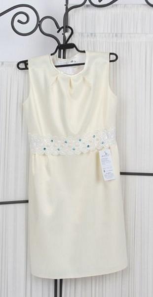 Платье светлое с кружевами.