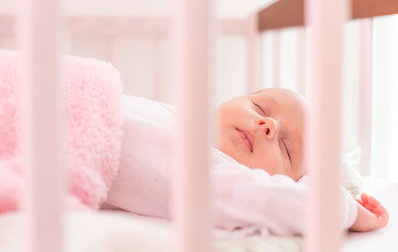 Нужна ли малышу подушка для сна