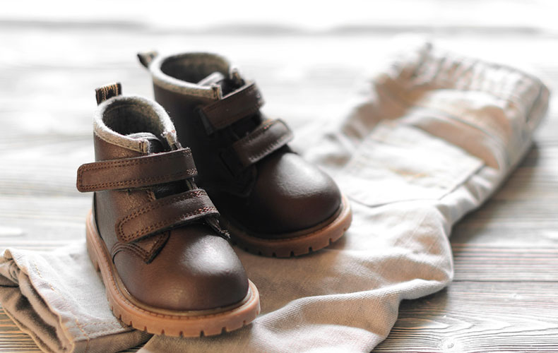 Видео: Как правильно выбрать первую обувь для малыша