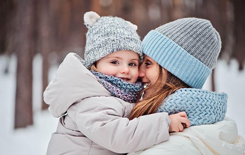 Зимние виды спорта: счастливый малыш, подтянутая мама