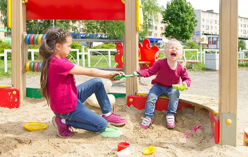 Не играй в мои игрушки: нужно ли учить ребенка делиться?